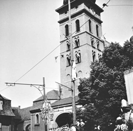 Kirmesbaum vor der Pfarrkirche mit Eierkrone und Spruchsager